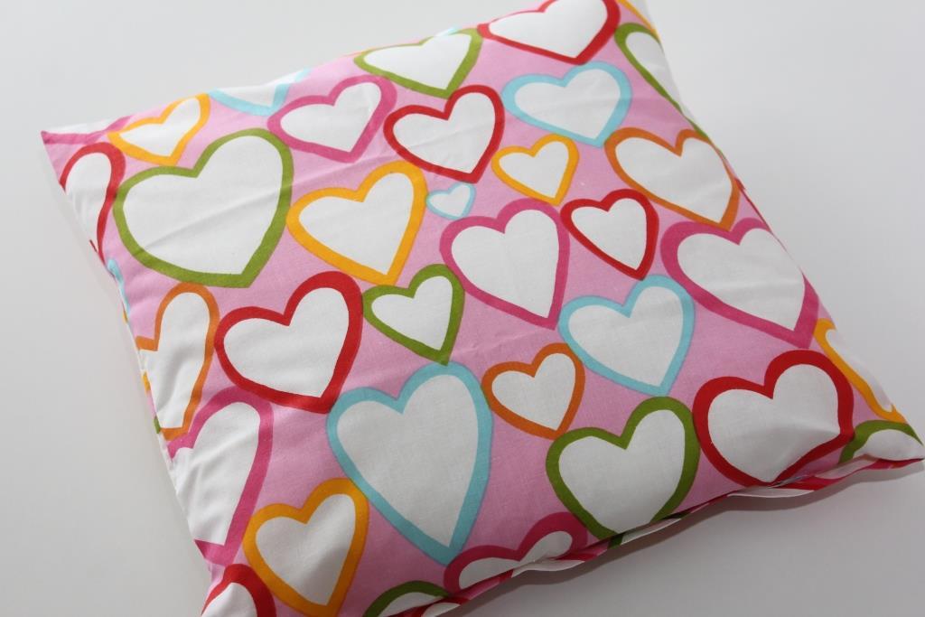 b9cc5dbb4786 Povlak na polštář barevná srdce na růžové